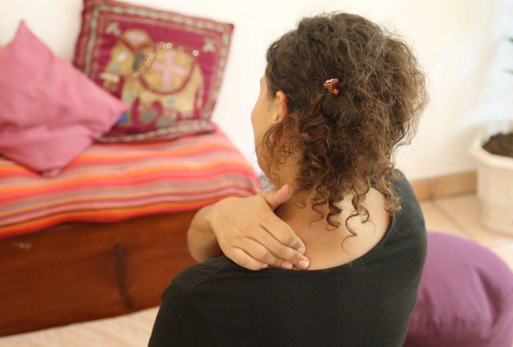 photo automassage de l'épaule de dos tailleur