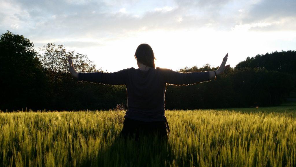 Photo d'une mouvement de qi gong dans la nature