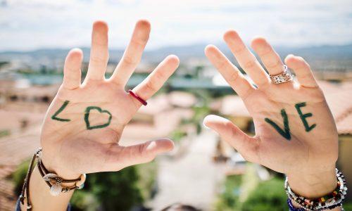 message d'amour écrit sur les mains