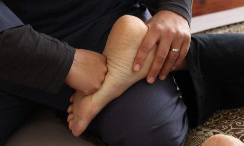photo d'uns séance de shiatus centrée sur le pied, kata pied en dorsal