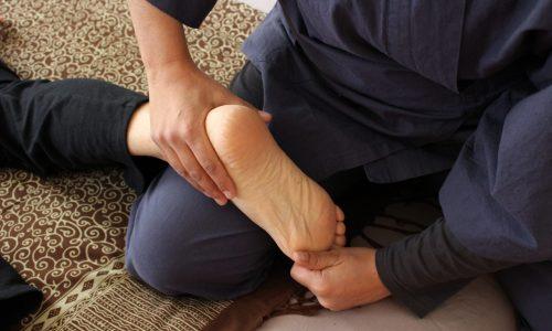 photo d'une séance de shiatsu pied dorsal