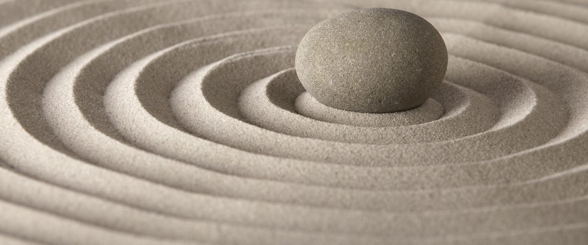galet zen dans le sable avec cercles